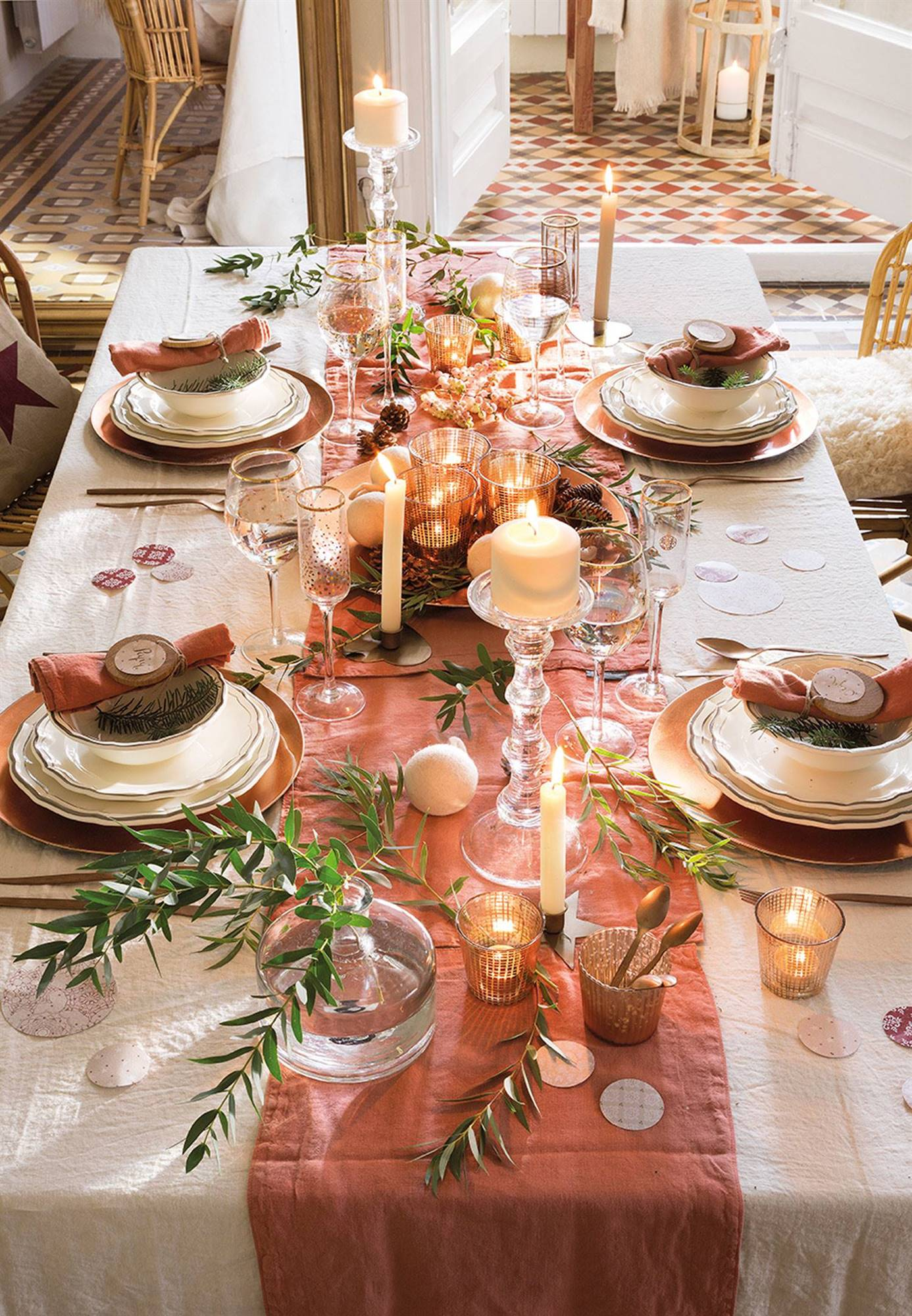 00444854 cadbb956 1386x2000 - Tips to decorate the table at Christmas