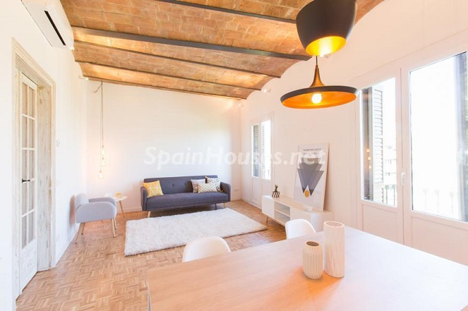 1. Apartment for sale in Barcelona - For Sale:  Renovated Apartment in Barcelona