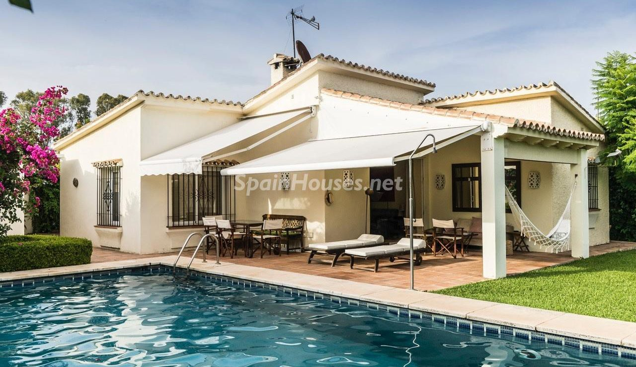 1. Detached villa for sale in Estepona e1492764320890 - Beautiful light-filled villa for sale in Estepona (Málaga)