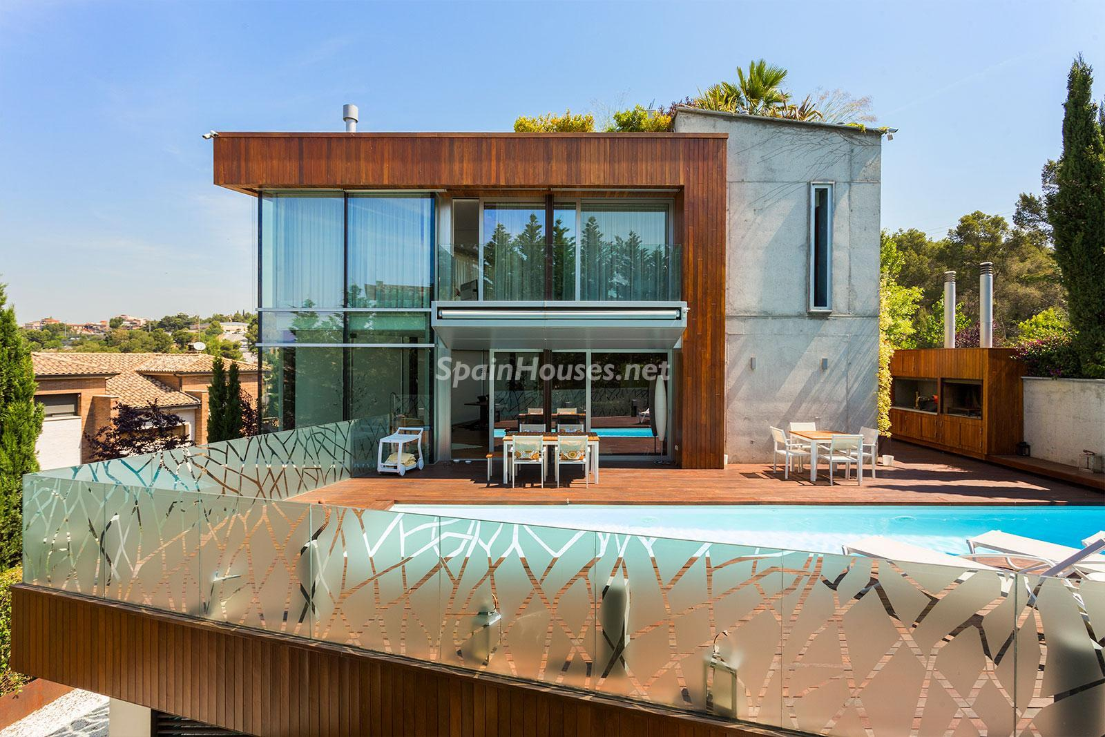 1. House for sale in Barcelona city - Superb 5 bed home in Barcelona features 2 swimming pools and a huge garden
