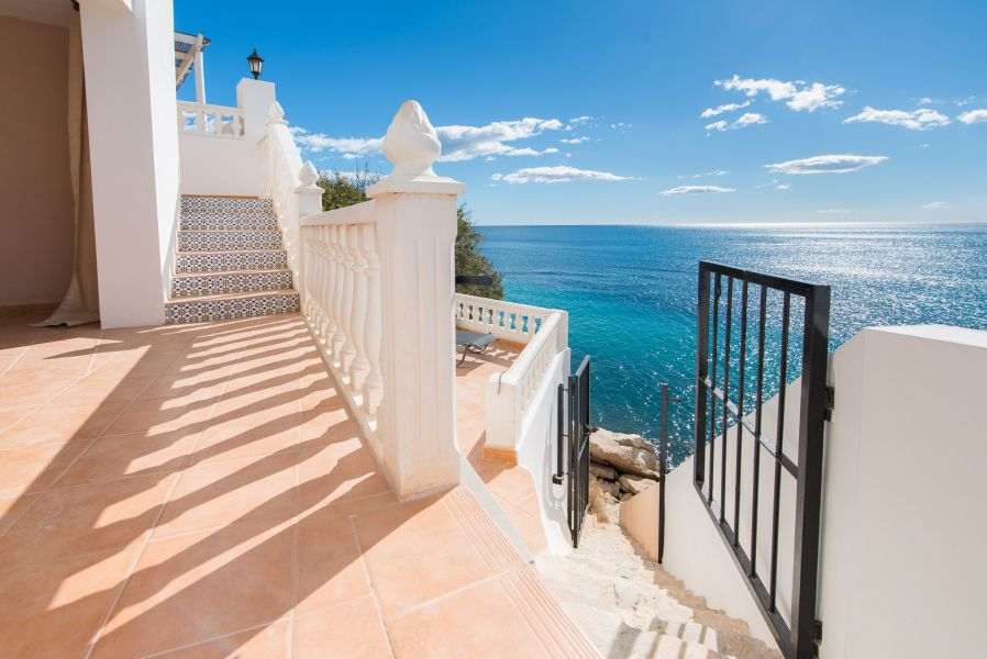 10 16 - Imagine living in this house with direct access to the beach on the Costa Blanca