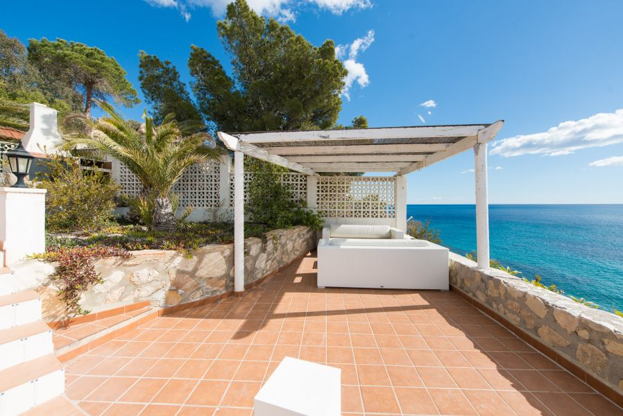 10 17 - Imagine living in this house with direct access to the beach on the Costa Blanca
