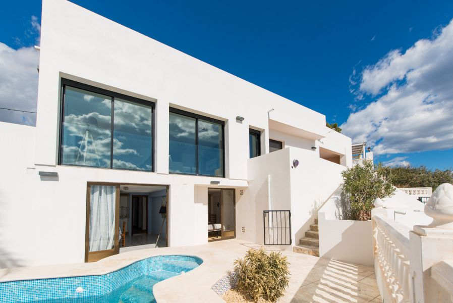 10 7 - Imagine living in this house with direct access to the beach on the Costa Blanca