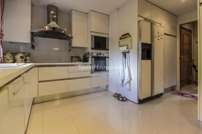 10. Apartment for sale in Madrid city - For Sale: Spacious 3 Bedroom Apartment in Madrid