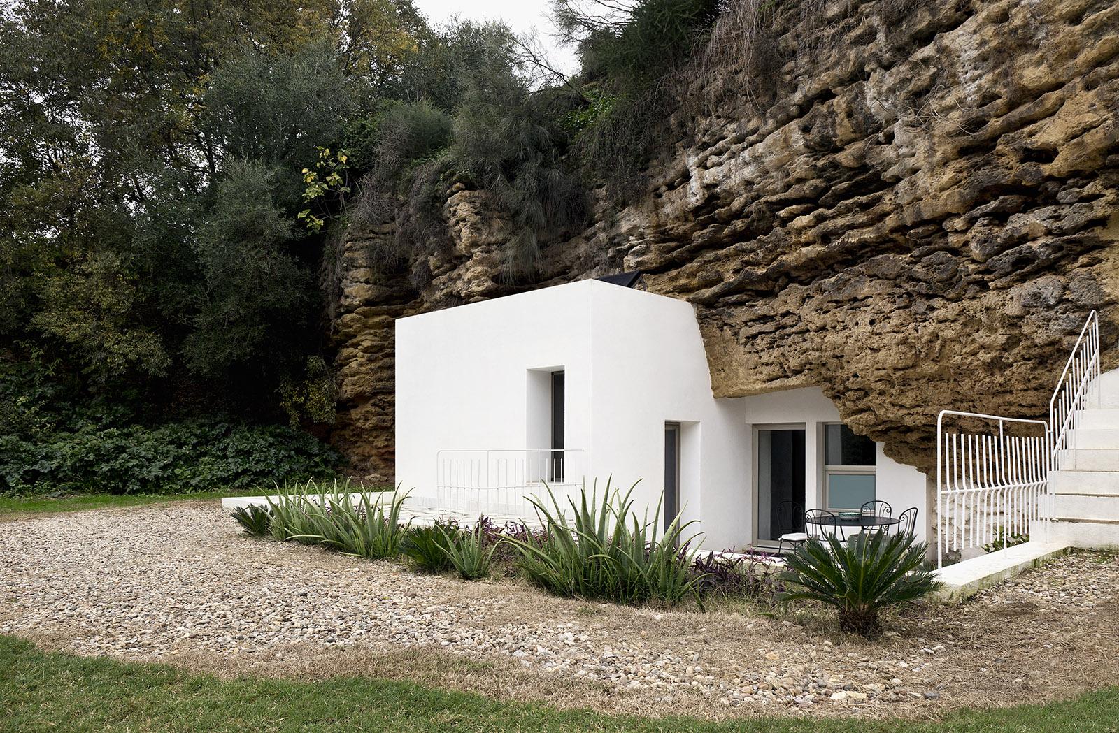 10. Cave House in Villarrubia Córdoba - Casa Tierra: a Cave House in Córdoba by UMMO Estudio