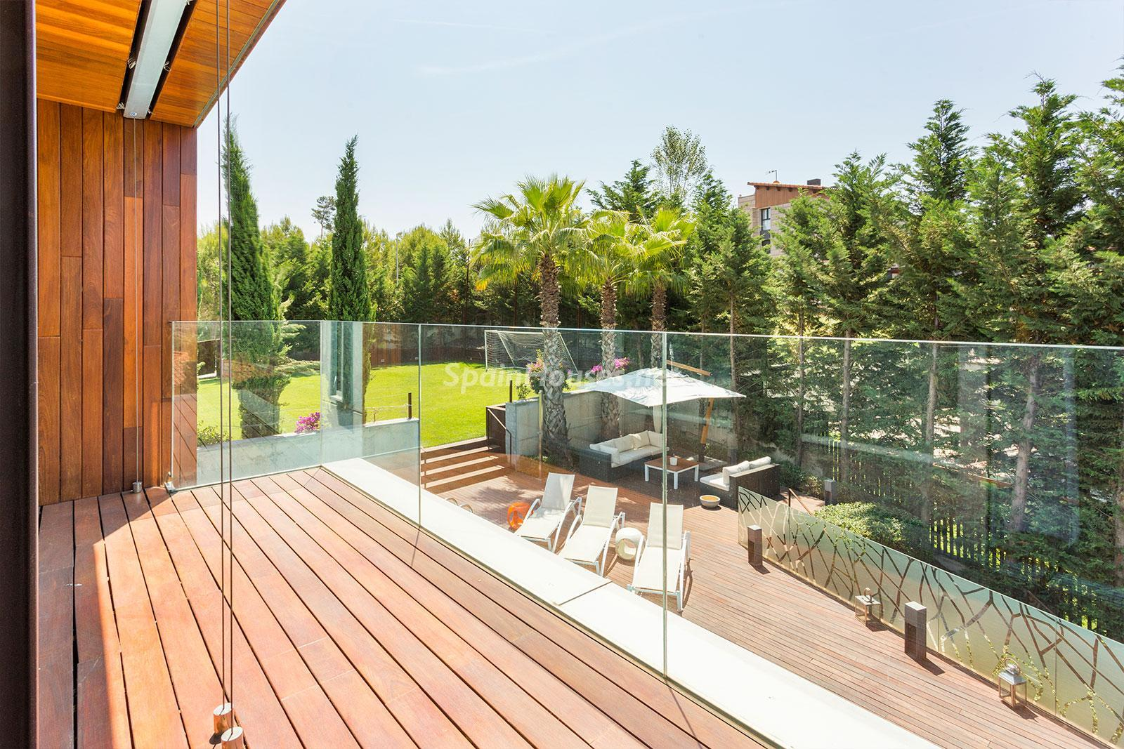 10. House for sale in Barcelona city - Superb 5 bed home in Barcelona features 2 swimming pools and a huge garden