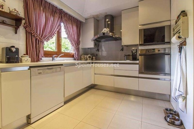 12. Apartment for sale in Madrid city - For Sale: Spacious 3 Bedroom Apartment in Madrid