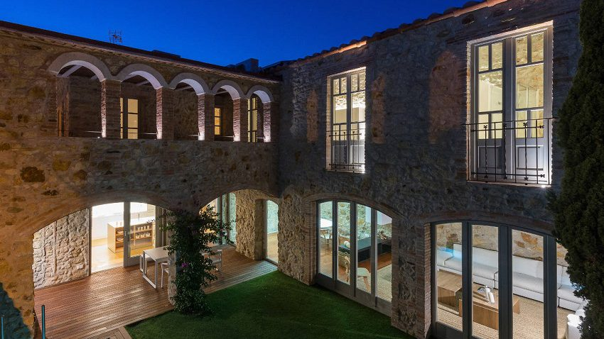14. House restoration in Girona e1488363949906 - Stunning country house renovation by architect Gloria Duran