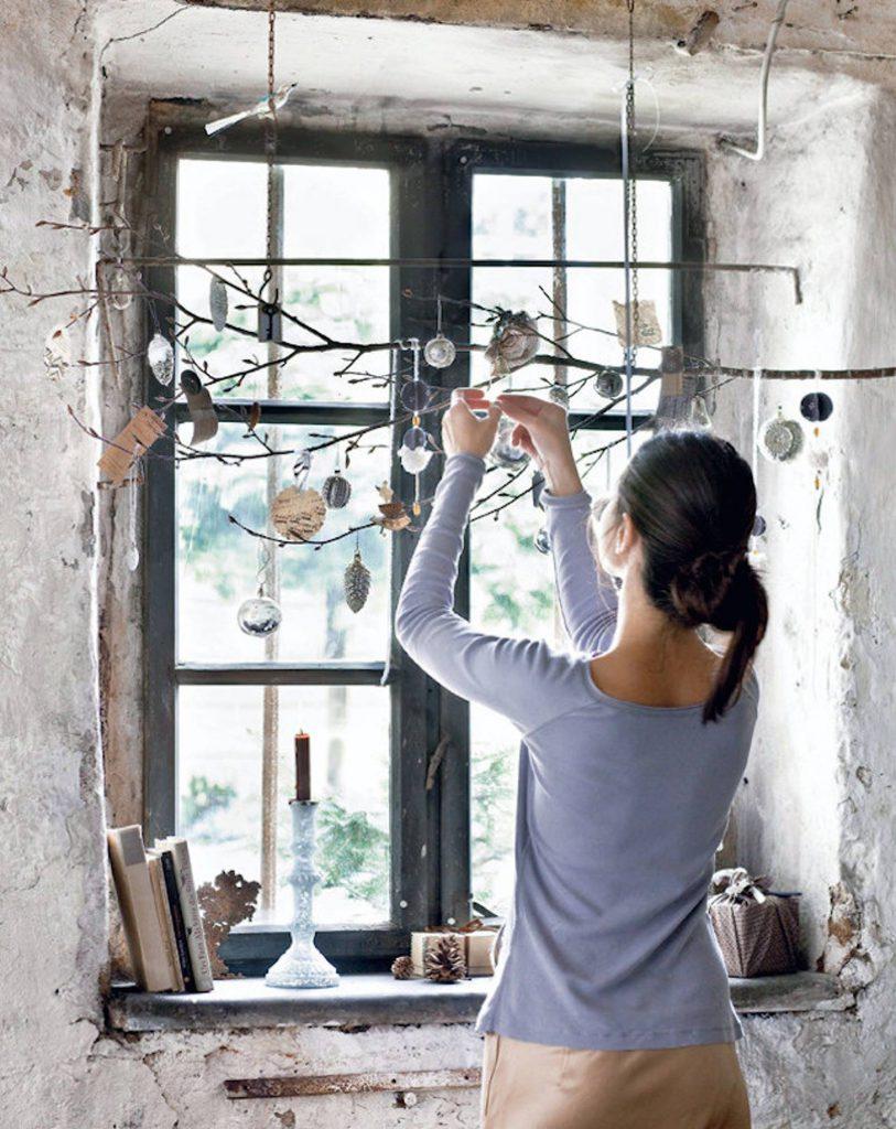 143f07a60a01149de81453a0118993fe e7a3d57b 1587x2000 813x1024 - Ideas to decorate your windows at Christmas