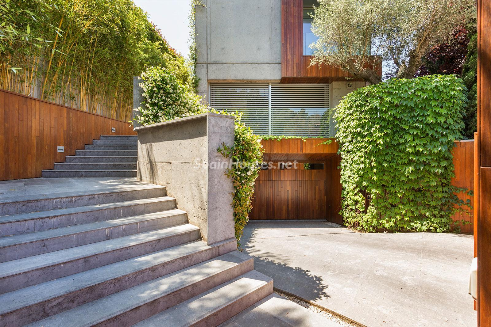 22. House for sale in Barcelona city - Superb 5 bed home in Barcelona features 2 swimming pools and a huge garden