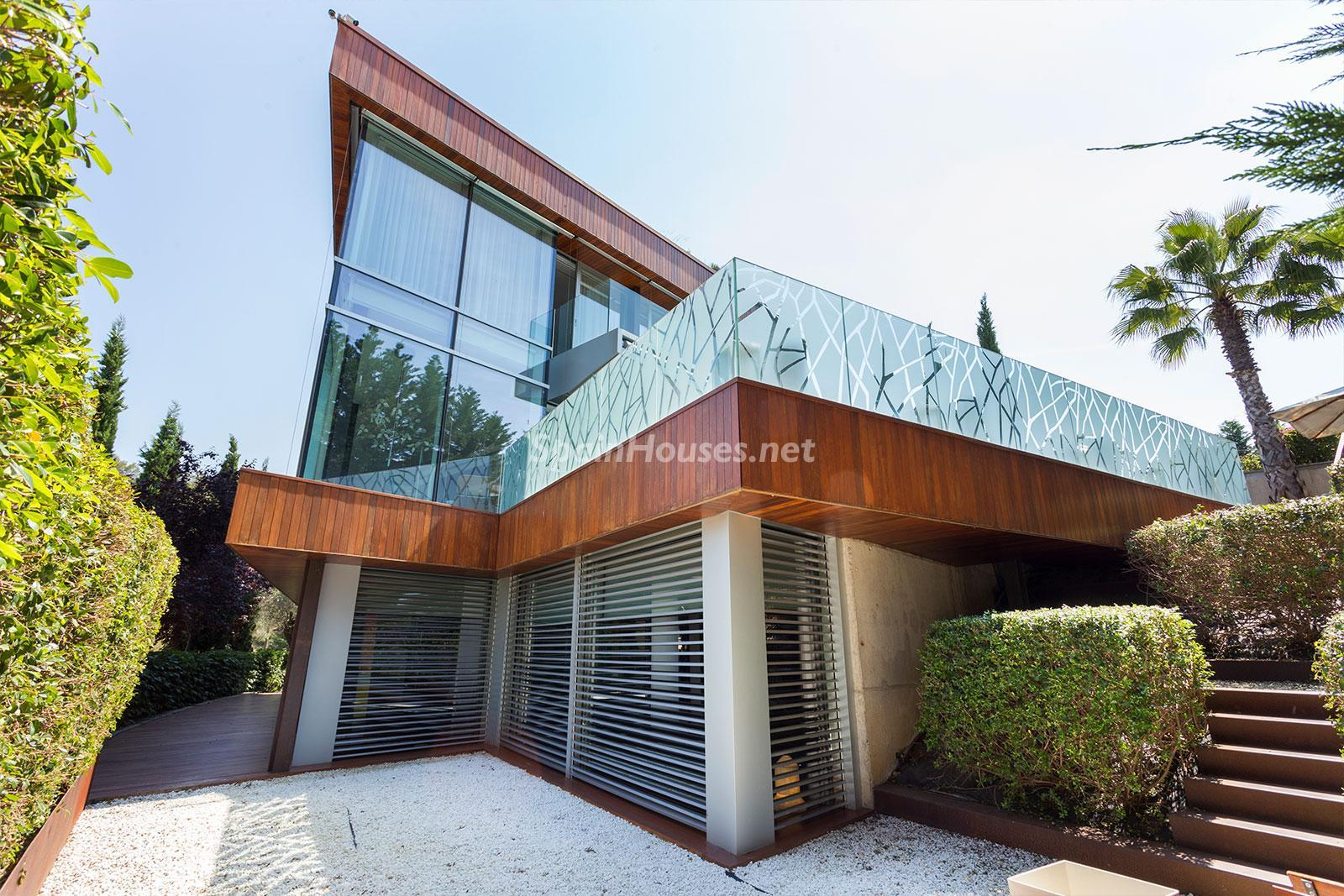 24. House for sale in Barcelona city - Superb 5 bed home in Barcelona features 2 swimming pools and a huge garden
