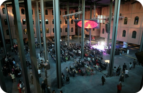 4-Alhondiga-Bilbao-Philippe-Starck-inauguración-600x390