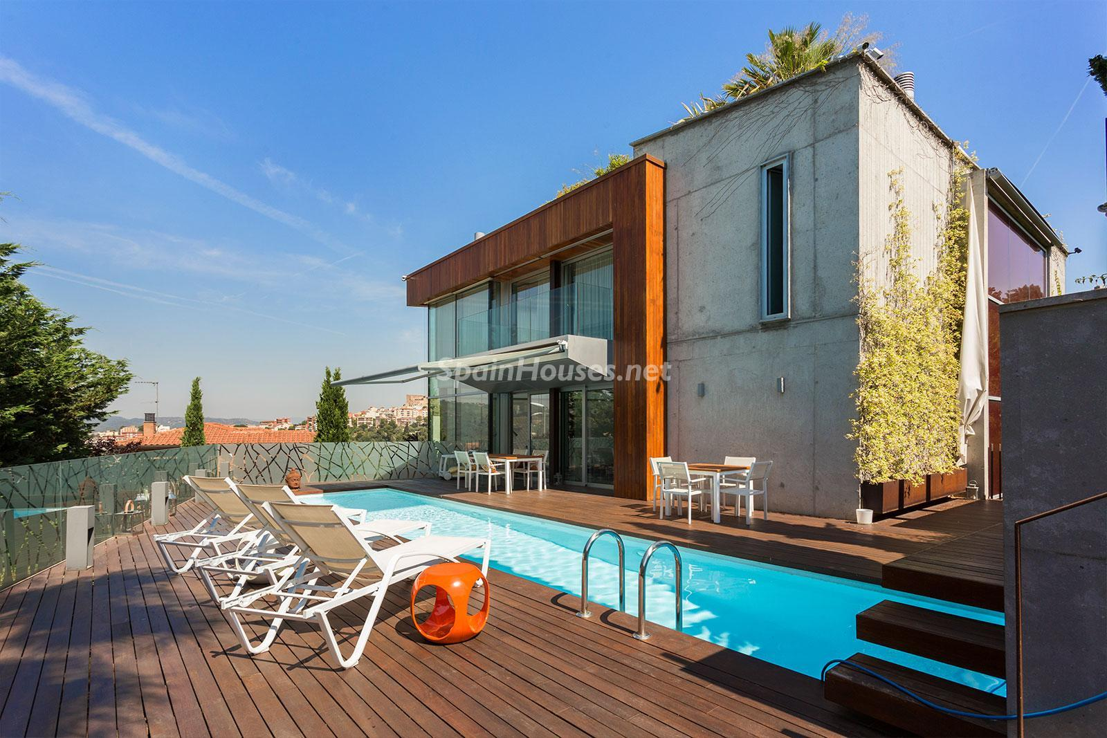 4. House for sale in Barcelona city - Superb 5 bed home in Barcelona features 2 swimming pools and a huge garden