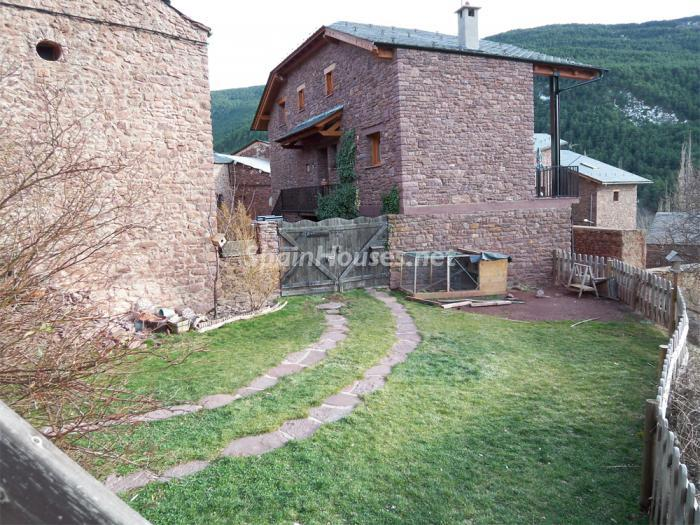 422 - Country House for sale in the Pyrenees, Lleida Province