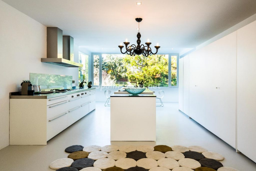 "43339380 2113526 foto 088392 1024x684 - Luxury villa with an original ""Pop Art"" style in La Moraleja, Madrid"