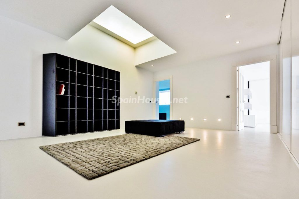 "43339380 2113526 foto 118281 1024x684 - Luxury villa with an original ""Pop Art"" style in La Moraleja, Madrid"