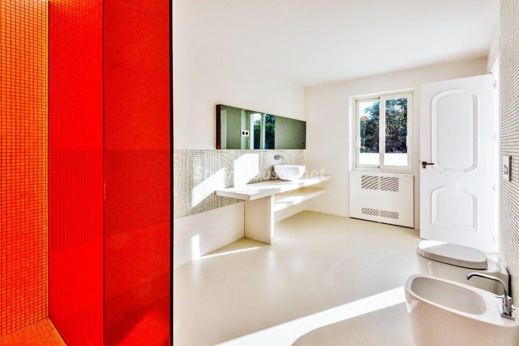 "43339380 2113526 foto 968221 1024x684 - Luxury villa with an original ""Pop Art"" style in La Moraleja, Madrid"
