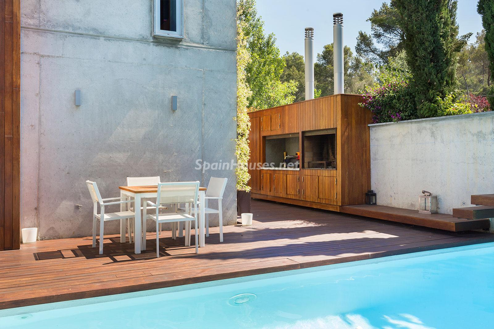 5. House for sale in Barcelona city - Superb 5 bed home in Barcelona features 2 swimming pools and a huge garden