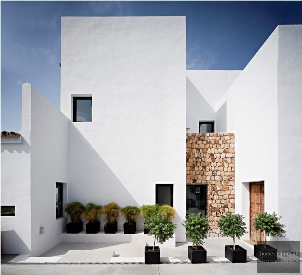 52724 1749334 foto 829840 600x547 - This famous architect reinvented the design and the avant-garde with this villa in Marbella