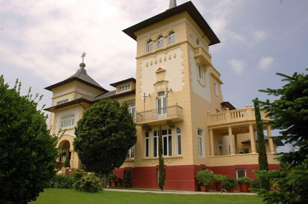 56997 1776682 foto 654104 - A palace of modernist style of the early twentieth century in Navia (Asturias). Find out an architectural gem