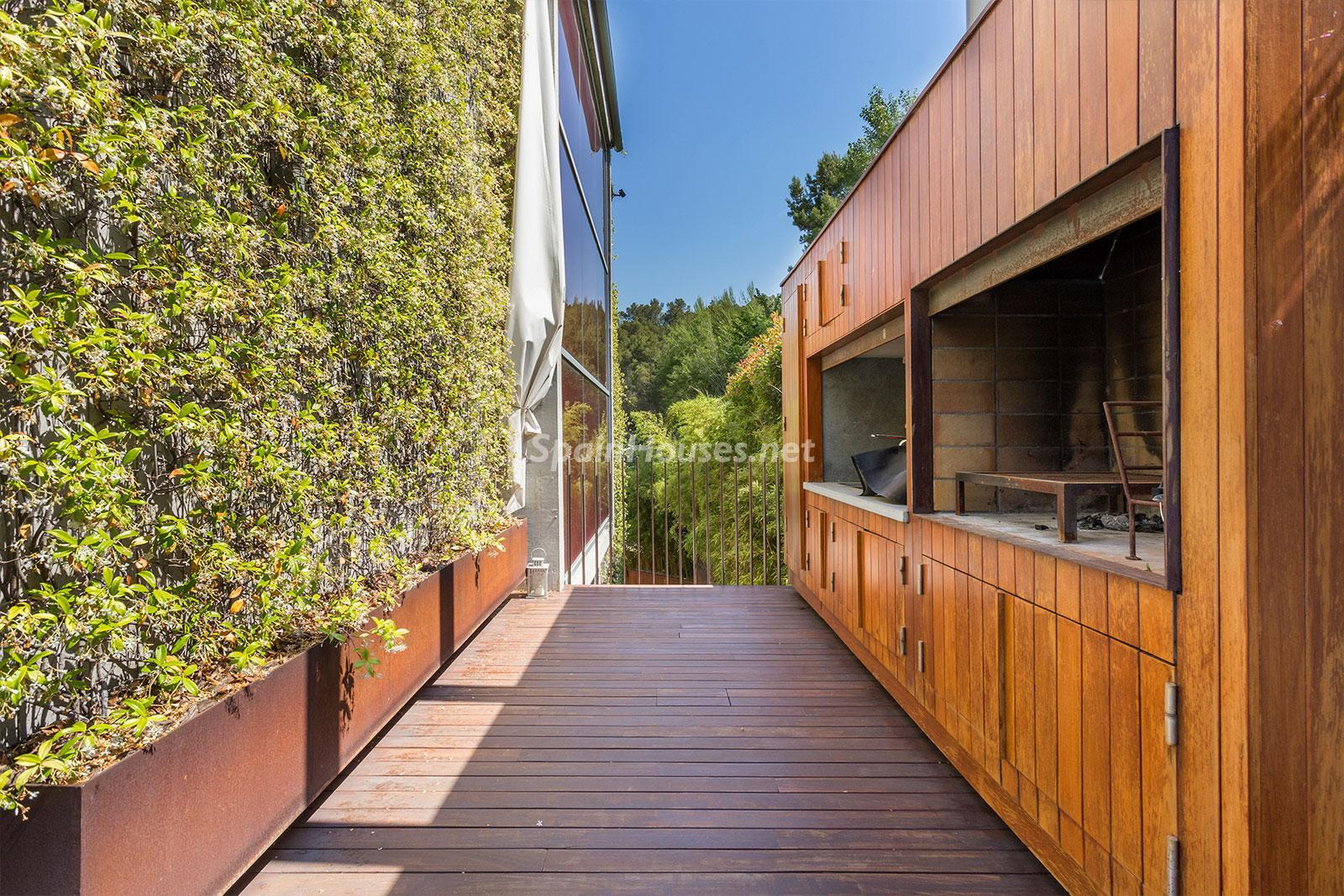 6. House for sale in Barcelona city - Superb 5 bed home in Barcelona features 2 swimming pools and a huge garden
