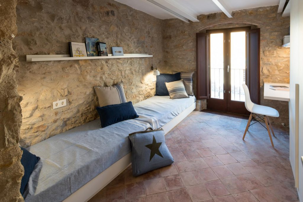65057482 2048710 foto 052278 1024x683 - The perfect fusion of style rustic and modern in this house in Girona, Catalonia