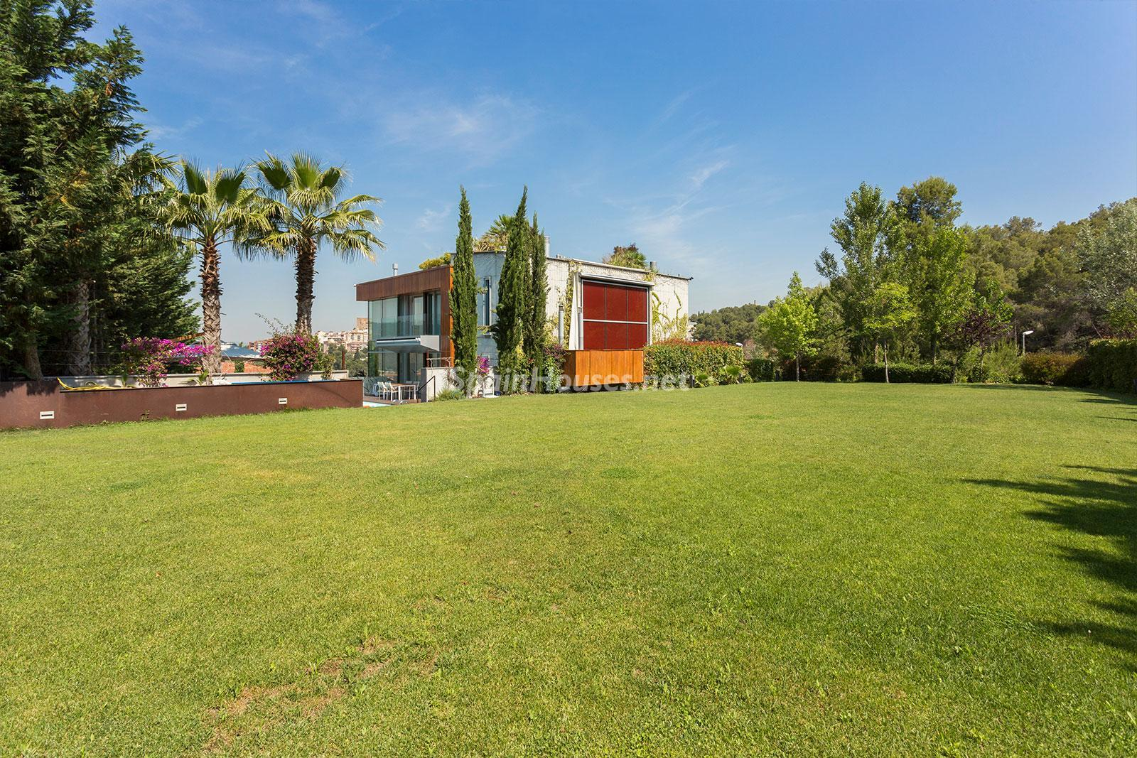 7. House for sale in Barcelona city - Superb 5 bed home in Barcelona features 2 swimming pools and a huge garden