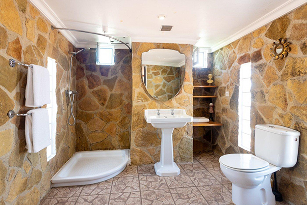 BANO EN SUITE - Discover this incredible luxury villa in Valencia, with architecture inspired by Gaudí and 100% ecological