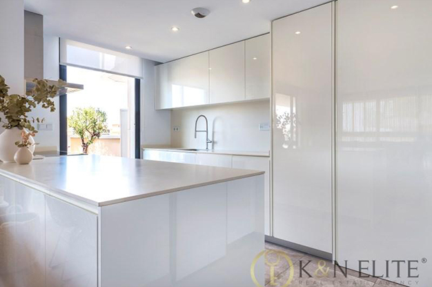 COCINA ALICANTE - Discover this flat next to the beach in Alicante, ideal for those looking for a modern and comfortable space