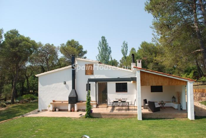 Detached house for sale in Pontons Barcelona - Country Houses: 7 Estates Under €200,000 in Spain