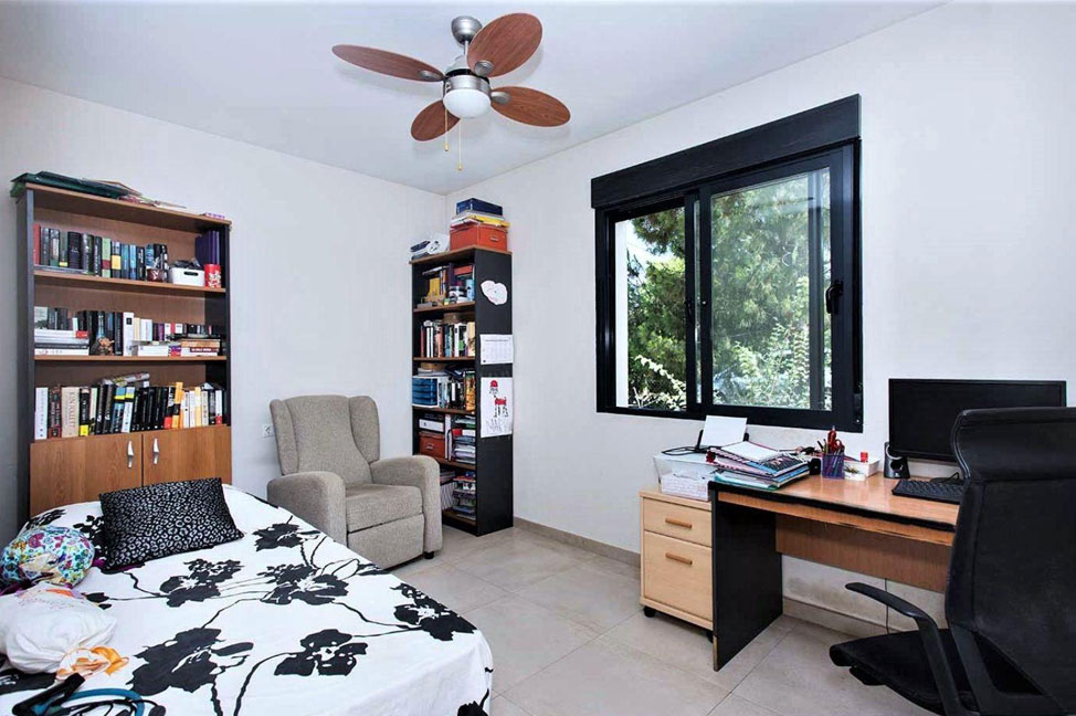 Dormitorio2 1 - Enjoy the gardens, pool, and tranquillity of this single-family home in Alicante