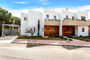 Enjoy nature and the sea in this luxury villa in Benalmádena (Málaga)