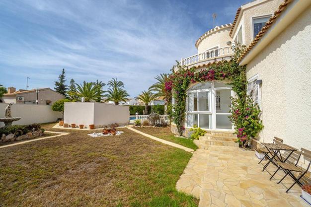 JARDINES ALICANTE 1 - Enjoy the Nice Weather of Costa Blanca with this Exclusive Alicante Villa