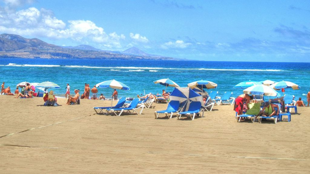 Las Canteras beach Las Palmas de Gran Canaria e1497279412730 - The food poisoning scam that Brits are using for a free Spanish vacation