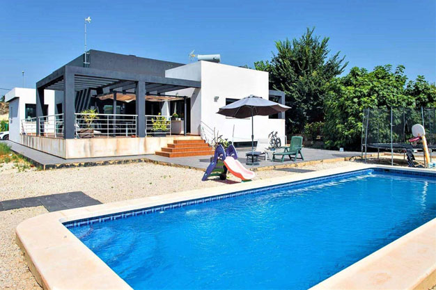 Portada 1 - Enjoy the gardens, pool, and tranquillity of this single-family home in Alicante