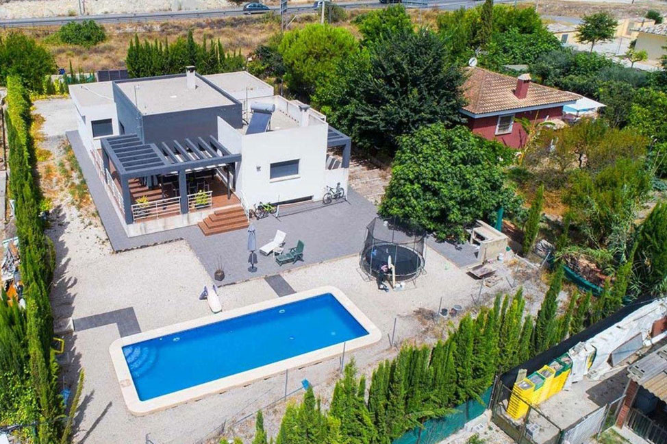 Recinto - Enjoy the gardens, pool, and tranquillity of this single-family home in Alicante