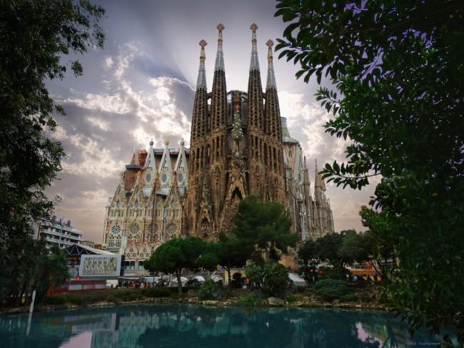 Sagrada Familia e1446022068575 - Sagrada Familia, in Barcelona, to Become Tallest Church in Europe by 2026