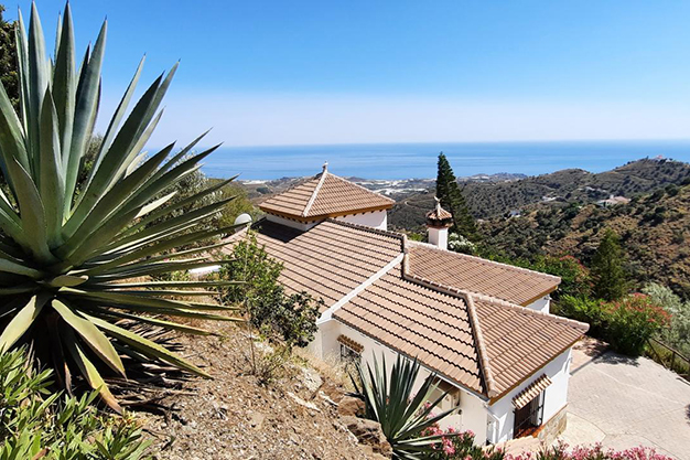 TERRENO SAYALONGA - Wake up every day with views of the sea and the mountains in this Málaga house