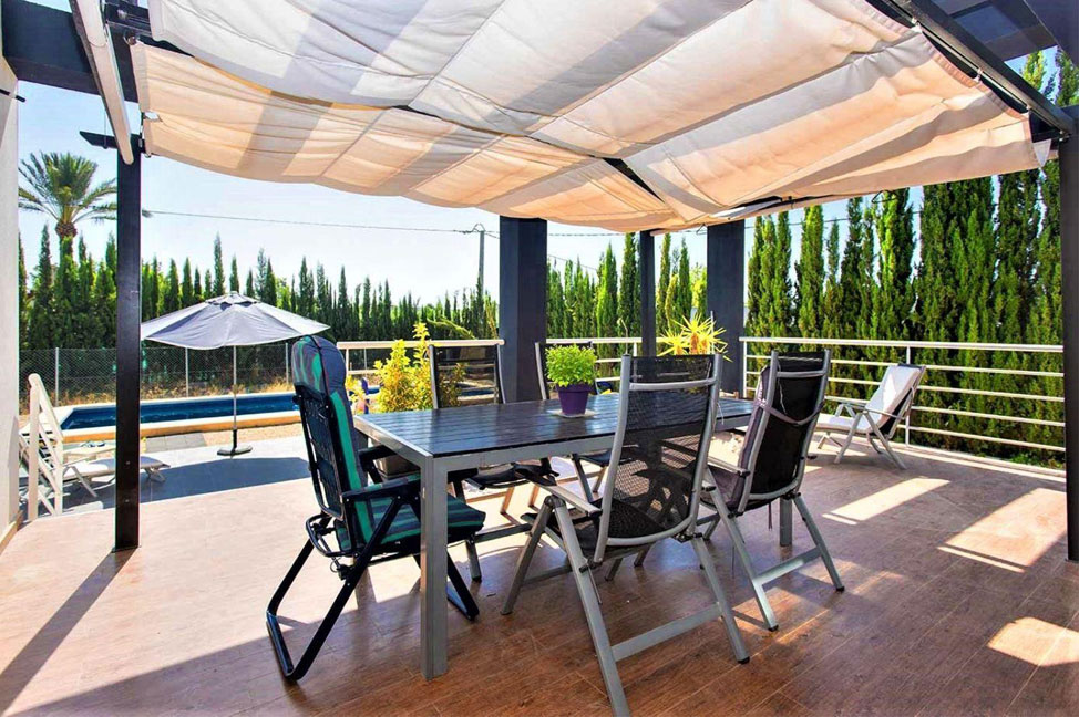 Terraza 1 - Enjoy the gardens, pool, and tranquillity of this single-family home in Alicante