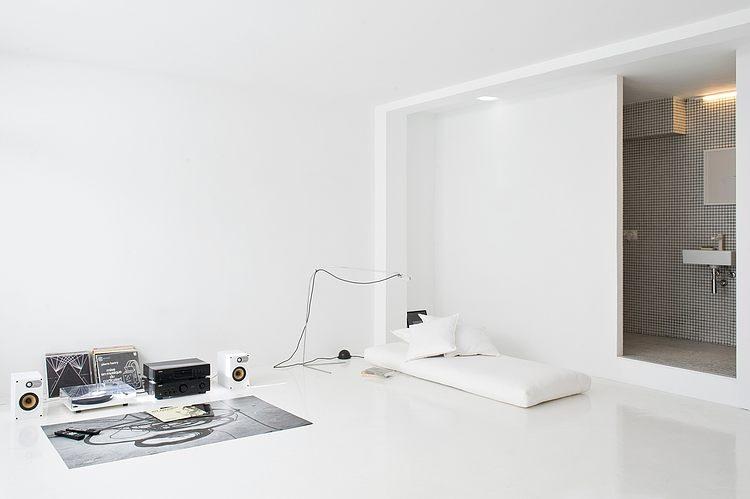 White apartment Barcelona - The White Retreat by CaSA
