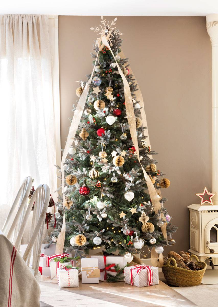 arbol de navidad con cintas en salon tonos beige 470864 4d4972e4 853x1200 - Get inspired with these Christmas trees and decorate your perfect tree