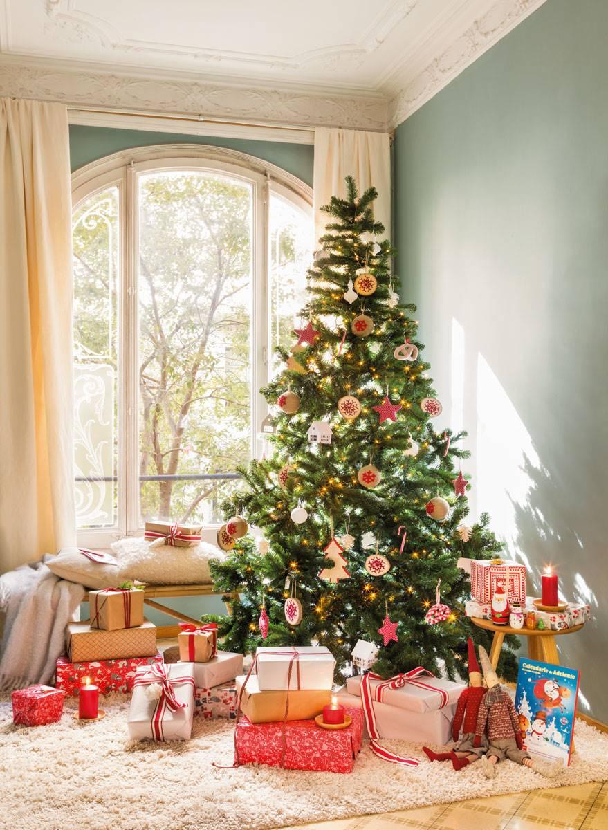 arbol de navidad en salon techos molduras y pared verde gris 470938 87dbac09 879x1200 - Get inspired with these Christmas trees and decorate your perfect tree