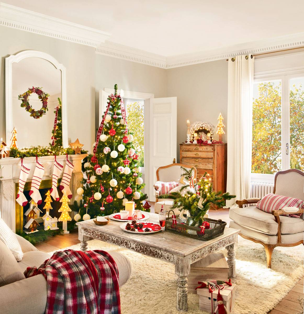 arbol de navidad junto chimenea con calcetines 394990 73b7af3d 1162x1200 - Get inspired with these Christmas trees and decorate your perfect tree