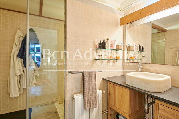 bano barcelona 1 - This spacious flat with a swimming pool in Barcelona is ideal for relaxing and enjoying the city