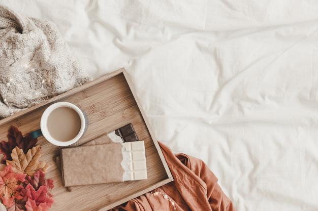 chocolate y hojas cerca de cafe en la cama 23 2147887775 - Ideas to decorate your house in Autumn