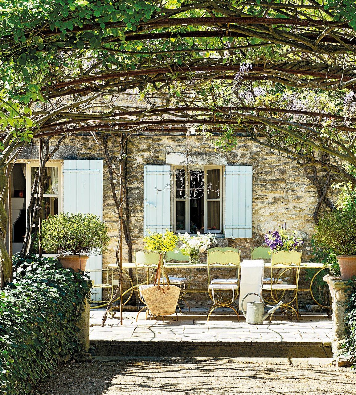 comedor exterior con mesa y sillas de hierro antiguas 1155x1280 - La Ferme du Bon Dieu: A farm converted into a house which holds a love story