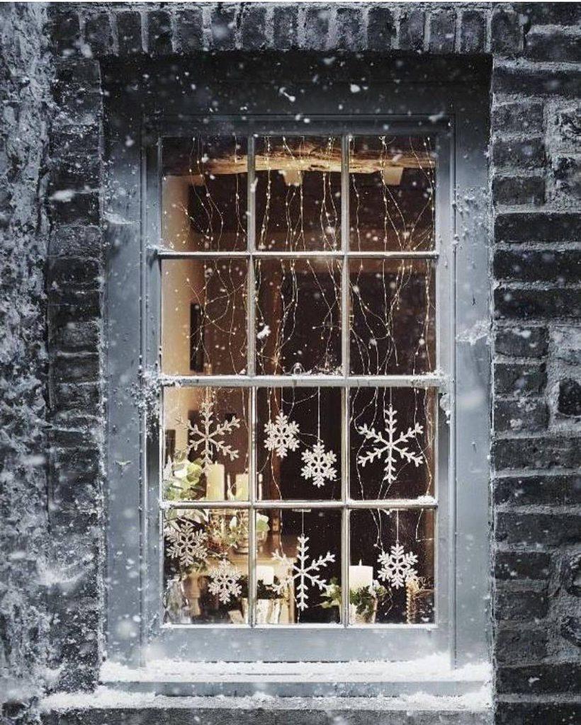 d935a820b193ae0216c95a1b078b1975 6376b3b0 1080x1349 820x1024 - Ideas to decorate your windows at Christmas
