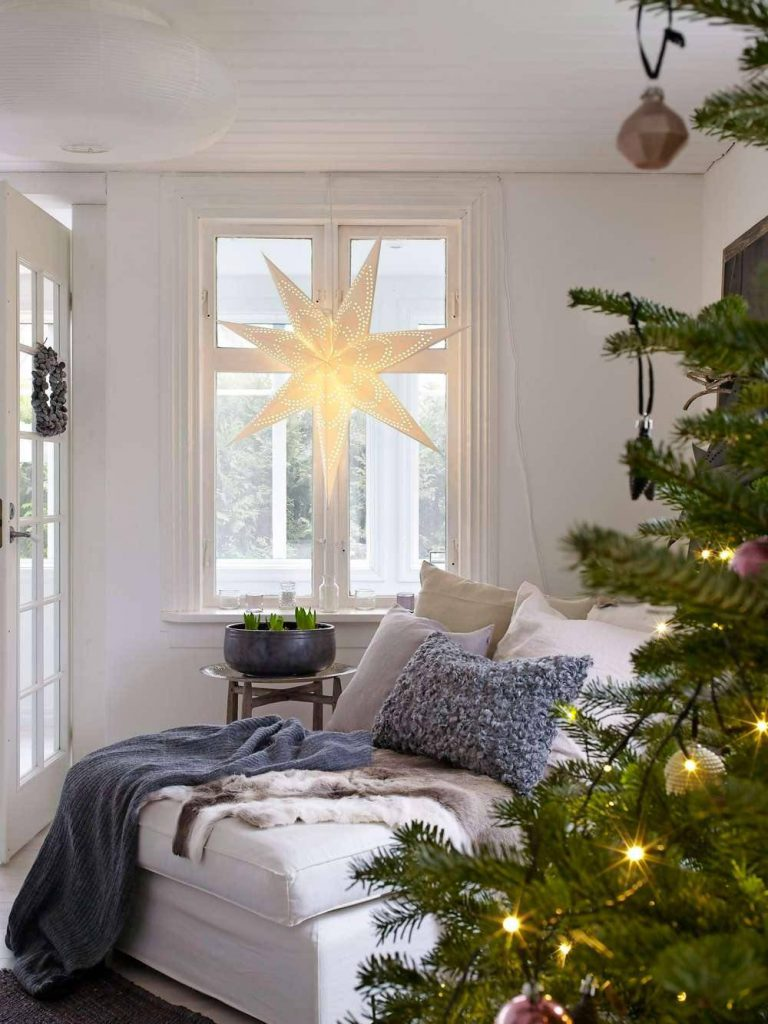 descarga af92c1a8 1000x1333 768x1024 - Ideas to decorate your windows at Christmas