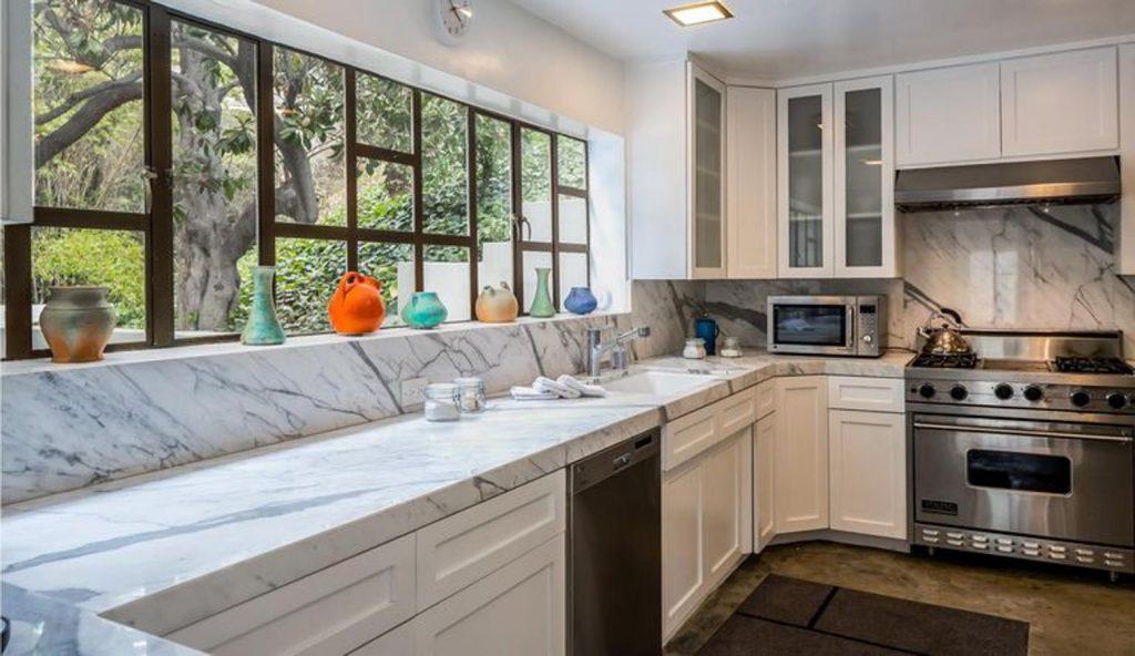 diane keaton3 kJKB 1557x900@abc 1024x592 - Diane Keaton puts her mansion for sale