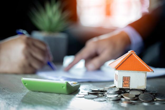 empresario firma contrato detras de modelo arquitectonico de casa 2379 1670 2 - Most abusive elements in the contract of a Spanish mortgage